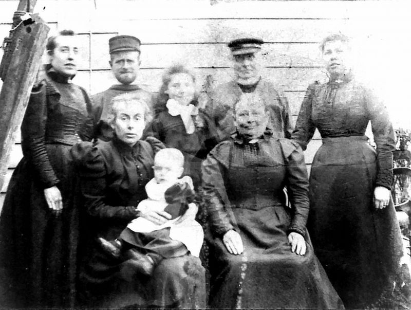 Back Mrs John Hewes (Martha), John N. Hewes, Ethel Hewes, Benjamin Hewes, Isabella Hewes, 