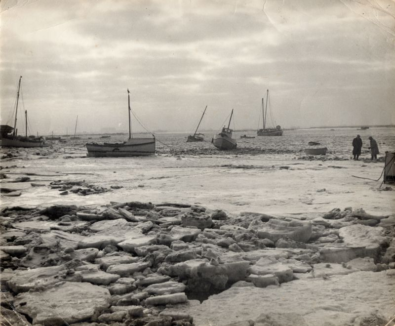 89. ID MMC_P1123_001 Ice at Mersea Hard in the bad winter of 1963. 