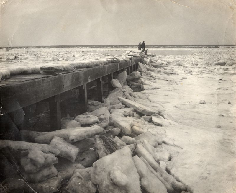 90. ID MMC_P1123_002 Ice by the Causeway at Mersea Hard in the bad winter of 1963. 