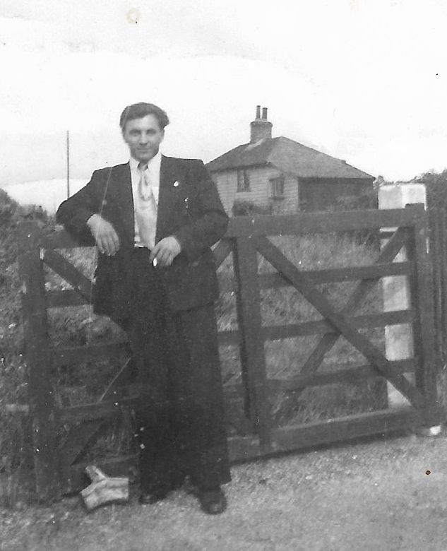 Aleksander Kronda - outside Peldon Hostel ? the house does not exist in this form - perhaps Ransomes Cottage now. 